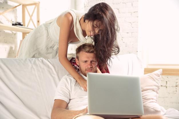 Pareja de enamorados en casa relajándose juntos.