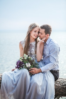 Pareja de enamorados celebrando una boda en el océano