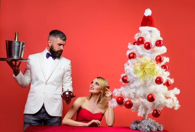 Pareja de enamorados en navidad o año nuevo relación romántica feliz navidad feliz año nuevo familia