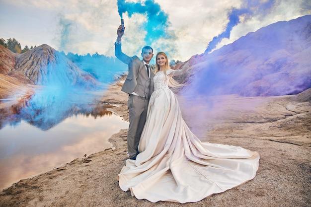 Pareja de enamorados en un paisaje fabuloso, boda en la naturaleza