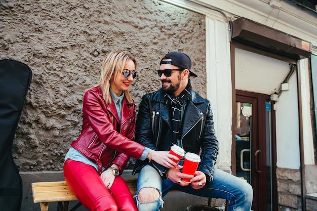 Pareja de enamorados tomando café en la cafetería strret
