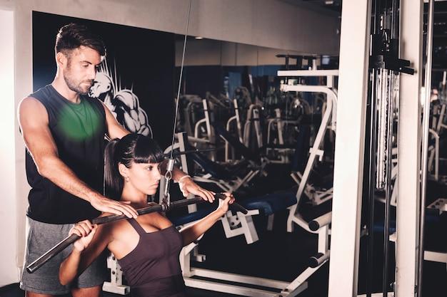 Pareja entrenando en gimnasio