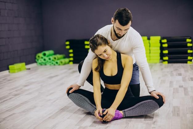 Pareja entrenando juntos en el gimnasio