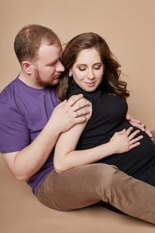 La pareja espera un bebé. embarazo y relaciones familiares. amado esposo y esposa