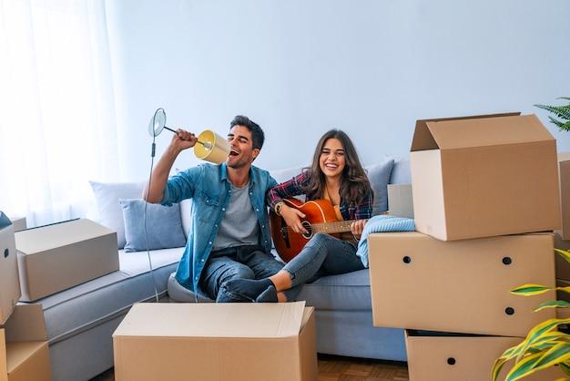 Pareja de estilo de vida feliz disfrutando de un nuevo hogar real después de mudarse
