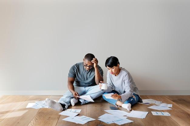 Pareja estresada averiguando sus finanzas