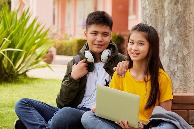Pareja de estudiantes aprendiendo al aire libre