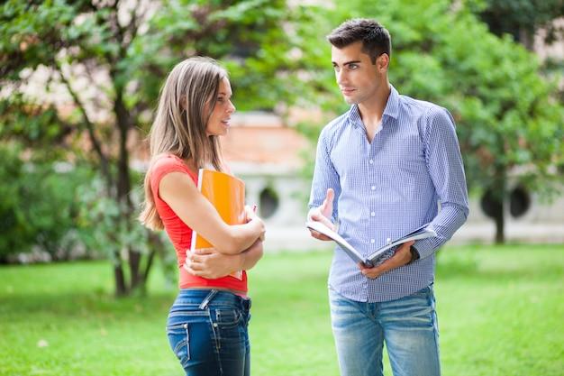 Pareja de estudiantes hablando juntos