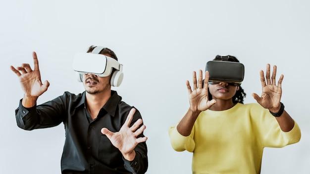 Pareja experimentando tecnología de entretenimiento de simulación de realidad virtual