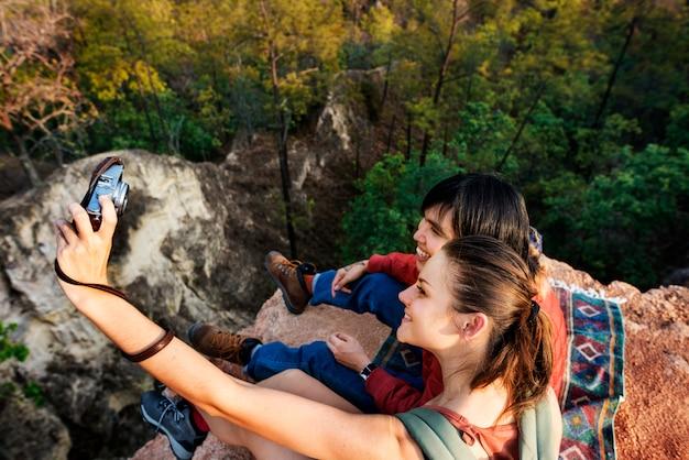 Pareja explorando viaje concepto de vacaciones