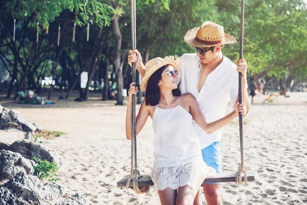 Pareja de felicidad en escena romántica en la playa al atardecer. el amor y el concepto de san valentín.