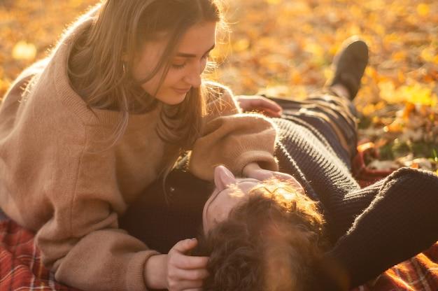 Pareja feliz al aire libre. retrato al aire libre de una pareja romántica enamorada