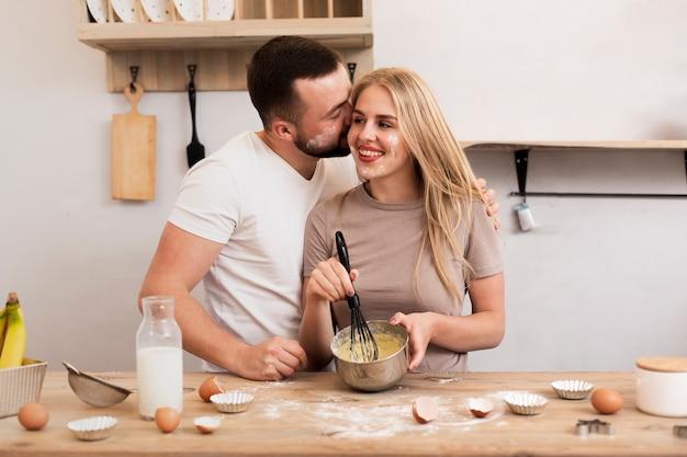 Pareja feliz cocinando juntos