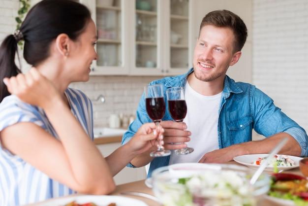 Pareja feliz comiendo juntos