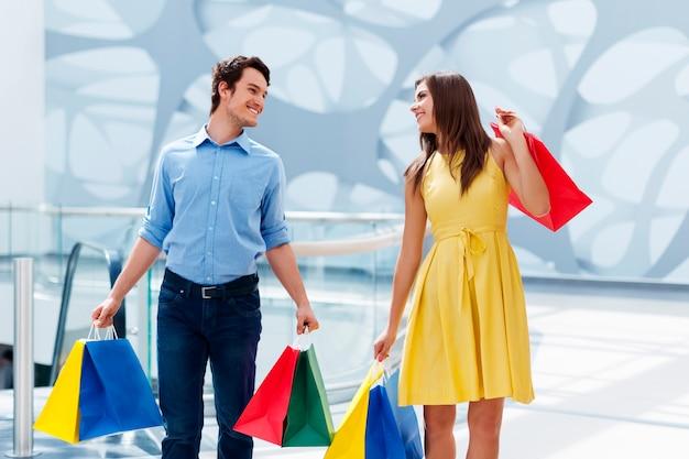Pareja feliz después de una compra exitosa