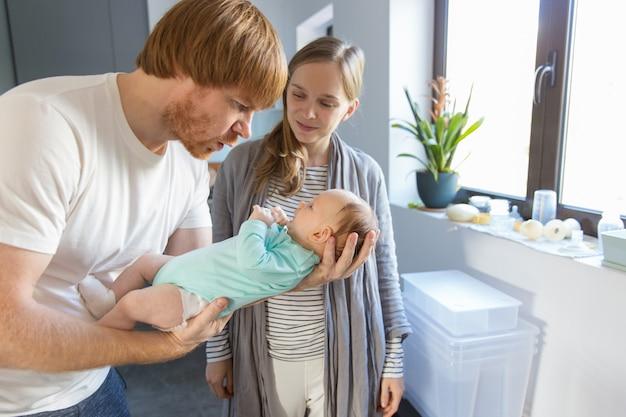 Pareja feliz disfrutando de la paternidad