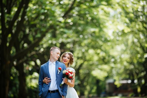 Pareja feliz. foto de boda. la pareja esta enamorada.