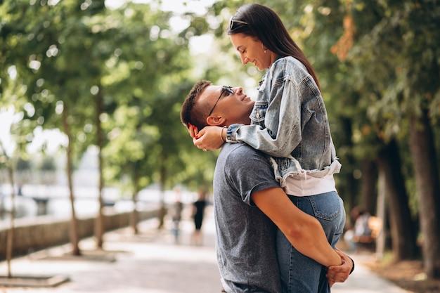 Pareja feliz juntos en el parque