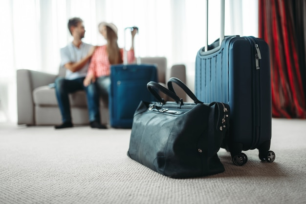 Pareja feliz con maletas se prepara para vacaciones