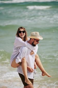 Pareja feliz, en la playa