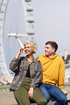 Pareja feliz por el puente de westminster, el río támesis, londres. reino unido.
