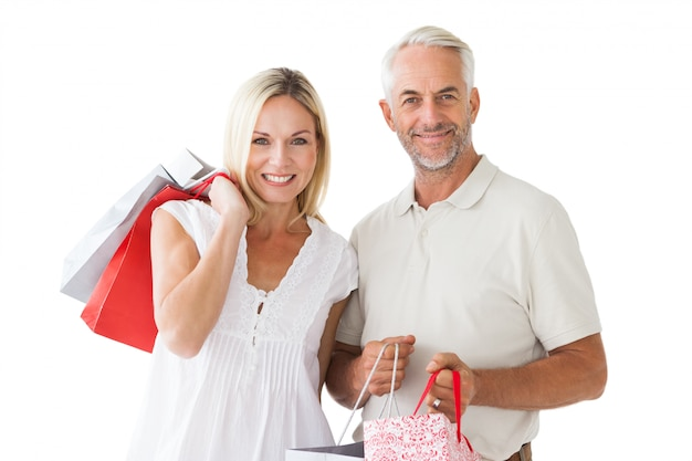 Pareja feliz sosteniendo bolsas de compras