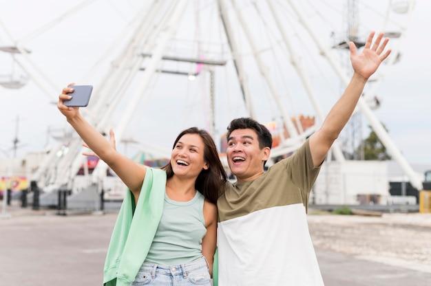 Pareja feliz tomando selfie juntos