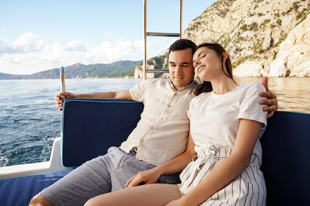 Pareja feliz en un yate en verano en vacaciones románticas