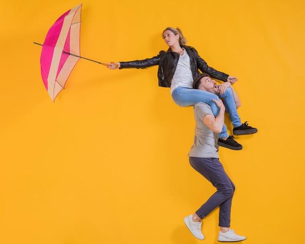 Pareja flotando con un paraguas