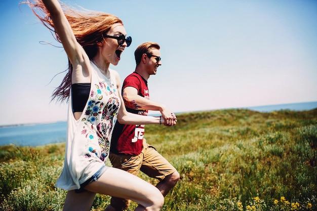 Pareja con gafas de sol en un campo verde