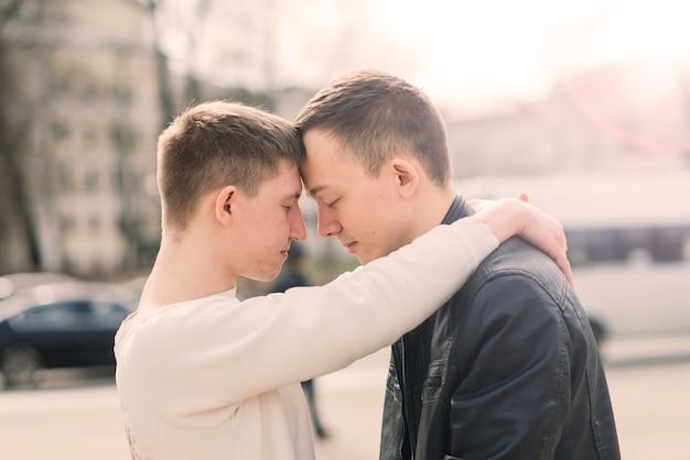 Una pareja gay caminando en el centro de la ciudad, estilo de vida