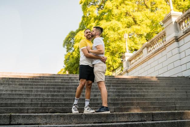 Pareja gay pasar tiempo juntos en el parque.