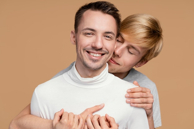Pareja gay sonriente con símbolo lgbt