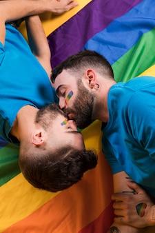 Pareja de gays besandose tiernamente