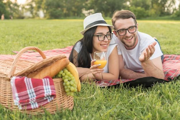 Pareja hablando sobre manta de picnic