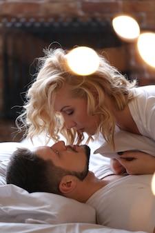 Pareja haciendo el amor en la cama