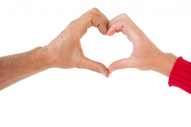 Pareja haciendo forma de corazón con las manos