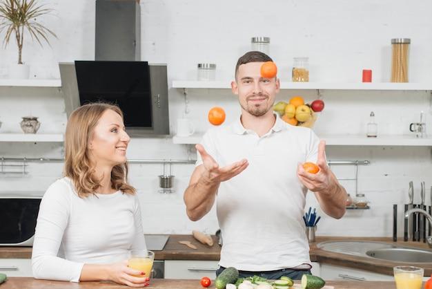Pareja haciendo malabares con frutas
