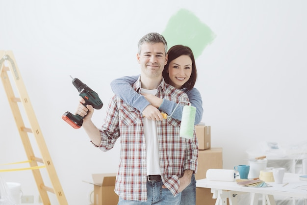 Pareja haciendo renovaciones en el hogar