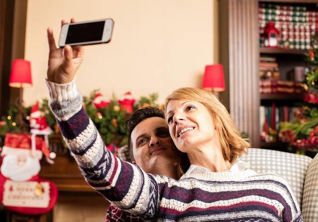 Pareja haciéndose un selfie en navidad