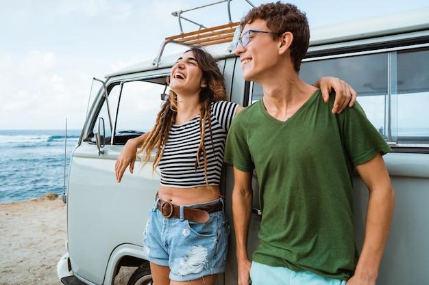 Pareja hipster relajante en su viaje de verano