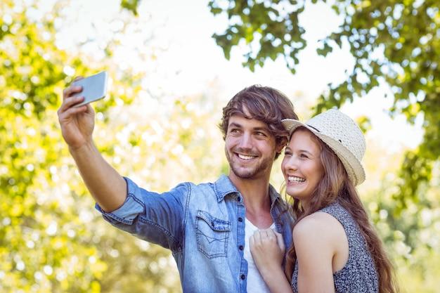 Pareja hipster tomando un selfie