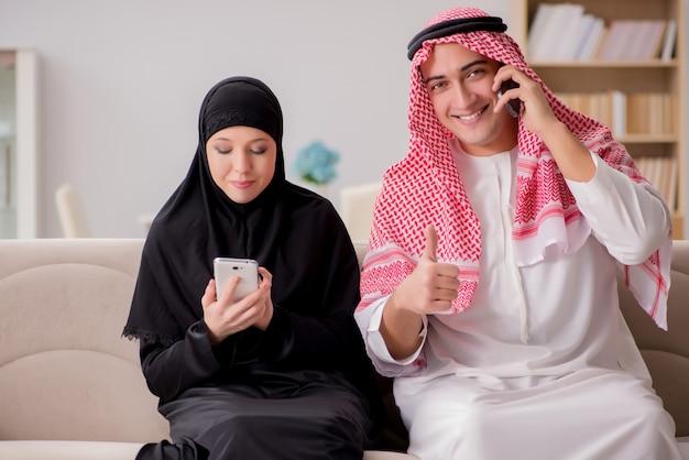 Pareja de hombre y mujer árabe