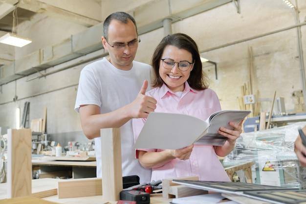 Pareja hombre y mujer eligiendo productos de madera, discusión de trabajo