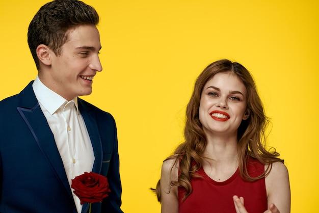 Pareja hombre y mujer sobre un fondo brillante posando, gente guapa