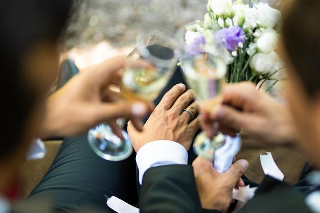 Pareja homosexual celebrando su propia boda: pareja lbgt en la ceremonia de la boda, conceptos sobre inclusión, comunidad lgbtq y equidad social