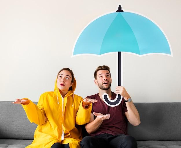 Pareja bajo un icono de paraguas