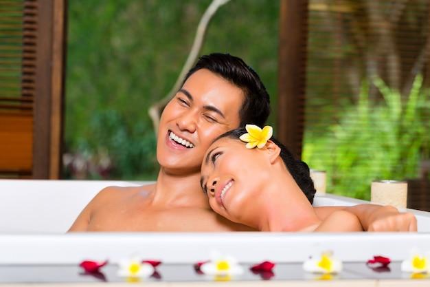 Pareja indonesia con baño de bienestar en spa