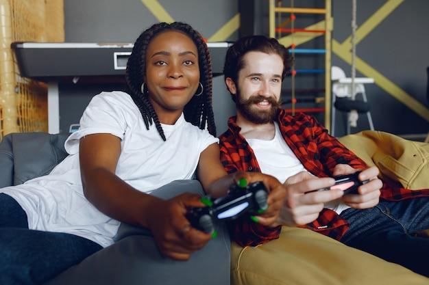 Pareja internacional jugando videojuegos