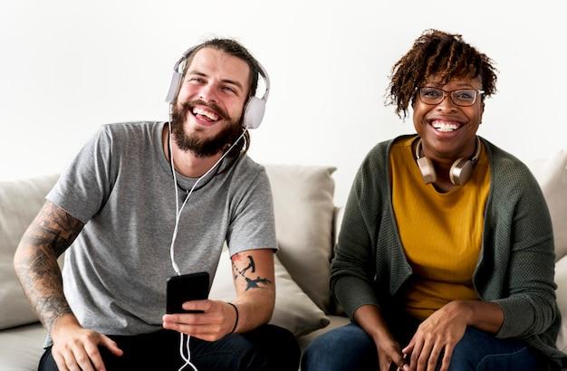 Pareja interracial amigo músico pareja